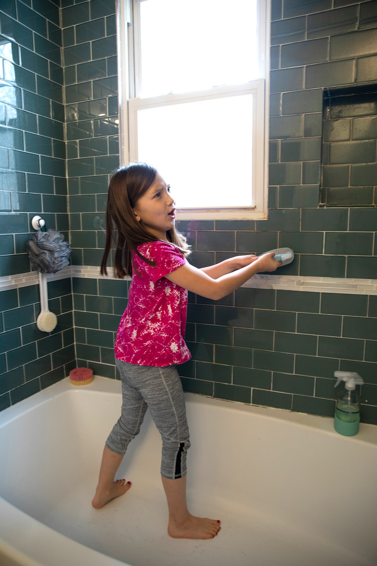 Kids-Chores-7yr-old_CleaningBathroom_083